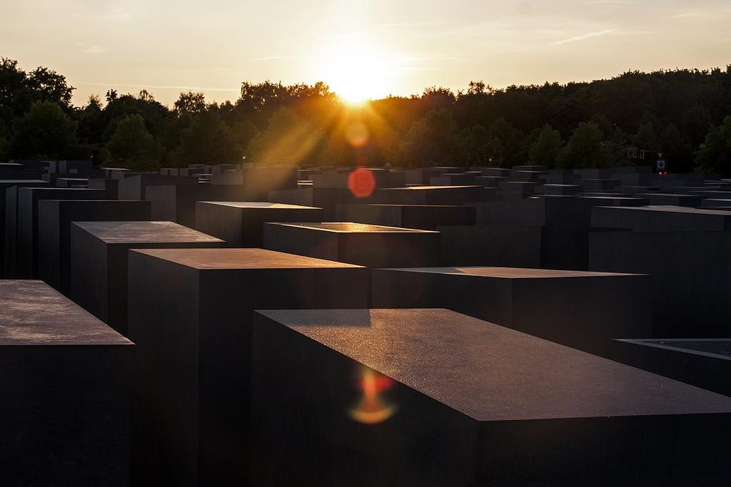 14291029965_7548b823bb_b_Holocaust-Mahnmal-sunset