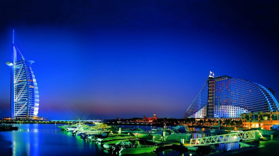 the-sea-of-dubai-lit